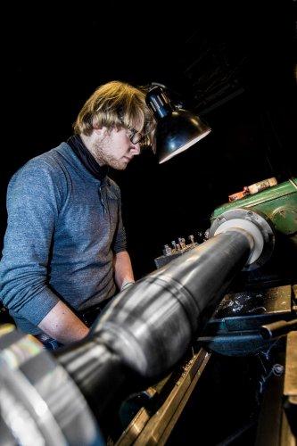 Jop working on the lathe. Foto:Jev Olsen, CS