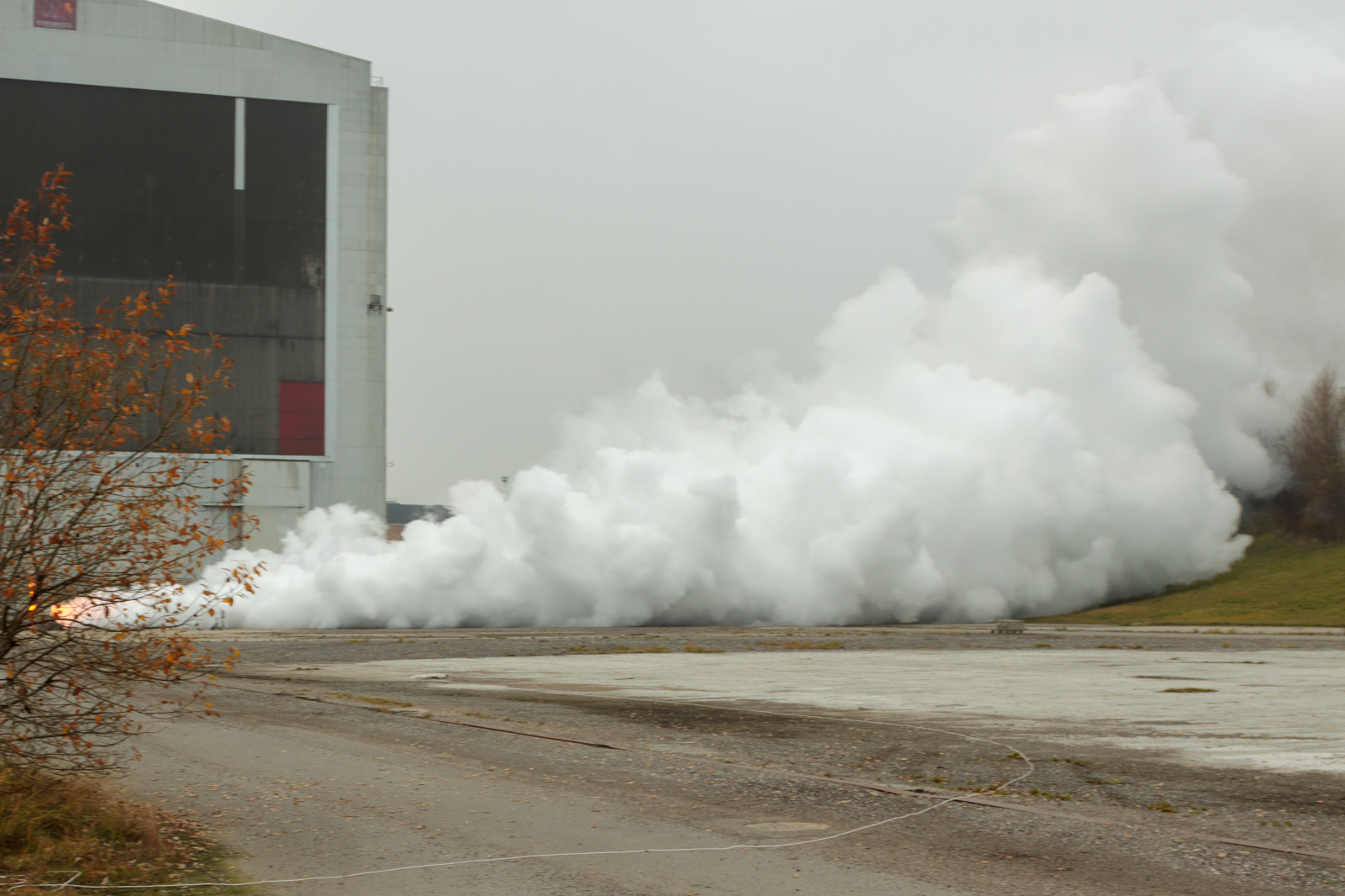 Horizontal static test of an engine from the HEAT-1X series 2010, the huge earth berm is to the right. Foto: Copenhagen Suborbitals